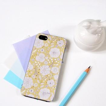 シンプルながらも細やかなデザインが目を引くスマートフォンケース。取り出すのがうれしくなるような、軽やかなテキスタイルは、大人の女性にもおすすめです。