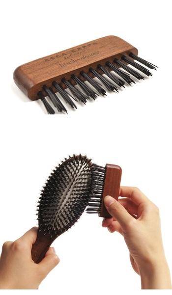 140年の歴史を持つイタリアのブラシメーカー・ACCA KAPPA(アッカカッパ)の「ブラシクリーナー」。 ナイロンの毛が、ブラシ部分だけでなく、ブラシの取り付け部までこびりついた髪の毛やホコリをしっかり取り除いてくれます。ハンドルはコチベウッド製。