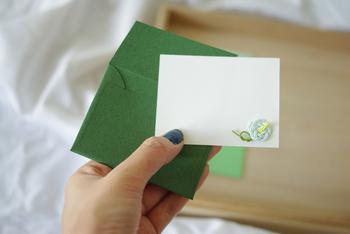 メッセージカードにも水引きでつくられた小梅が。ちょっとしたお祝いにいかがでしょう。