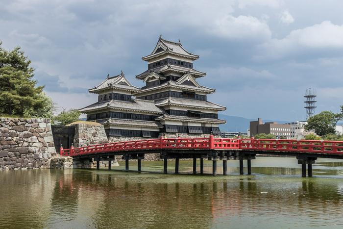 松本市といえば、やっぱり松本城。天守閣は安土桃山〜江戸時代に建造された当時のもので、国宝指定されています。