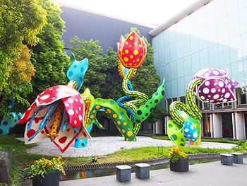 松本市出身の芸術家・草間彌生の彫刻がエントランスに飾られた松本市美術館は、いまや松本の大人気観光スポットです。