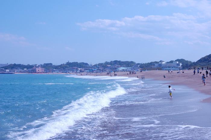 毎年、若者や家族連れで賑わう茨城県ひたちなか市の「阿字ヶ浦(あじがうら)海水浴場」。近隣には大きなショッピングモールやネモフィラで有名な「国営ひたち海浜公園」もあり、一日では足りないくらい遊べます。