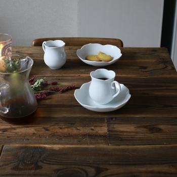 北海道にある「椿サロン」というカフェで使われているコーヒーカップとソーサー。名前の通り椿の花をモチーフにしています。かわいらしくて洗練された形は、ぜひ特別な日のおもてなしに使いたいですね。カップとソーサーは別々に使うこともできますよ。