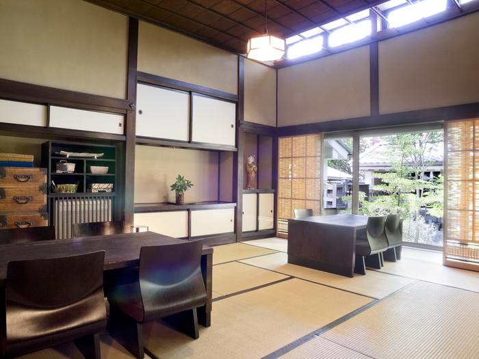 懐石・会席料理の「ヒカリヤ ヒガシ」の室内は、畳敷きの和室にテーブルなので、正座が苦手な人にも安心。その雰囲気に相応しく、袴姿のスタッフから極上のおもてなしが受けられます。