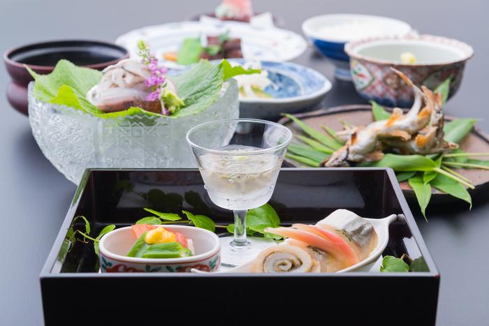 京懐石の調理法を取り入れながら、信州素材の魅力を存分に楽しませてくれる料理は、目にも鮮やか。季節を盛り込んだ料理は、運ばれてくるたびにワクワクします。