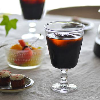 カフェに行ったような気分になれる、ちょっとレトロでかわいい脚付きのグラス。アイスコーヒーやドリンクもお客様に自信を持って出せそうですね。