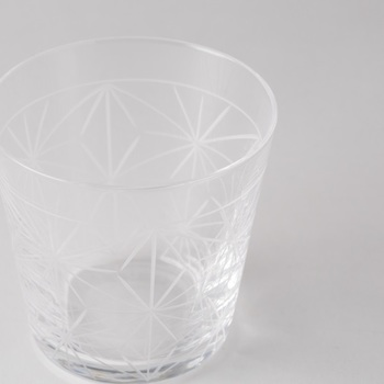 透明で美しいグラス。こちらは日本の伝統的な「麻の葉文(あさのはもん)」をモチーフにした、切子グラスです。シャープな形とデザインが、キリッと冷やしたドリンクをより涼しげに見せてくれます。