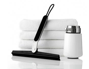 MoMAコレクションのペダルビンで知られるデンマークの日用品メーカー・vipp社のシャワーワイパー。浴室の壁や鏡の水滴をすいーっと拭き取ってくれます。この後、マイクロファイバークロス(前出)でさらに水分を拭き取って換気扇をかけ、いい状態をキープでしましょう。吊るして干せ、ワイパーブレードは交換可能。