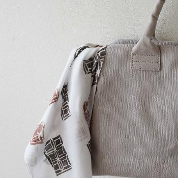 スカーフやハンカチをオシャレポイントとしてバッグに飾ったりしますが、それを手ぬぐいで。