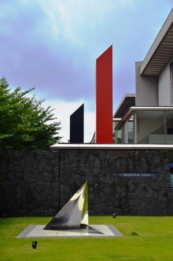 関東で随一とも言われる広さの【東京国立近代美術館】。明治時代から現代までに日本で活躍した芸術家たちの作品を一気に観ることができます。本館、工芸館、フィルムセンターと建物も分かれており、見応えは充分です。