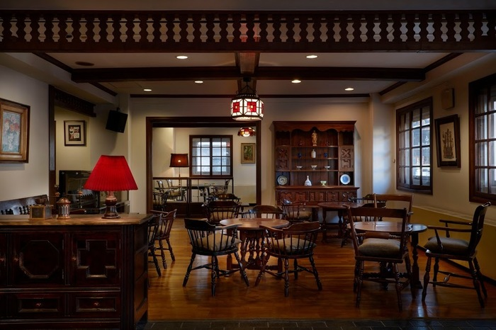 趣のある店内は、テーブルや椅子など全て松本の民芸家具で統一。大正ロマンのような落ち着いた空間は、コーヒーの香りを楽しむために全面禁煙になっています。