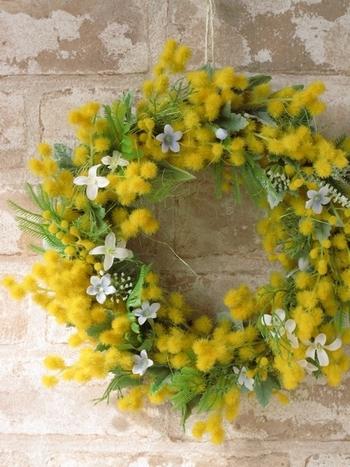 ミモザのリースや花束はとっても素敵なんですが、小さな花がポロポロとこぼれ落ちるのがちょっと大変。アーティフィシャルフラワーなら管理が簡単で好きなだけ飾っておくことができます。
