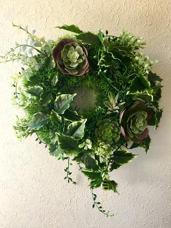生の植物で作ると重さや水気が気になる壁掛けのグリーンリースも、フェイクグリーンならかけるだけで簡単。 風合いたっぷりの多肉植物をつめたリースがおすすめです。
