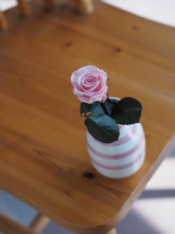 ぱっと見は生花そのものなのが、プリザーブドの特徴です。茎や葉はプリザーブド加工するのが難しく、造花の場合も多いです。 この花として一番美しいコンディションをずっと楽しめるのが嬉しいですね。