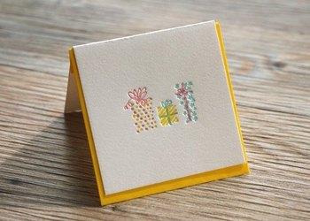 お誕生日やお祝いごとにも使えるプレゼントモチーフ。活版印刷のデコボコとした質感が魅力的。