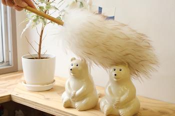 もふもふの羊毛で優しくなでなですると、羊毛がホコリを吸着してくれます。家電をはじめ、壊したくない陶器の置物などに。