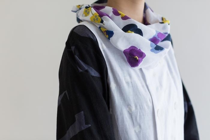 三色すみれをあしらった手ぬぐいをスカーフに。手ぬぐいに見えません。使うほどに風合いが増していく木綿は、肌触りもよくて気持ちいい。