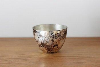 純銅を使ったコロンと丸いフォルムのお猪口は、冷たい日本酒がよく合います。内側を錫引きしているので安心して使えるのも嬉しいポイント。長く使うことで経年変化が楽しめる、魅力的なアイテム。