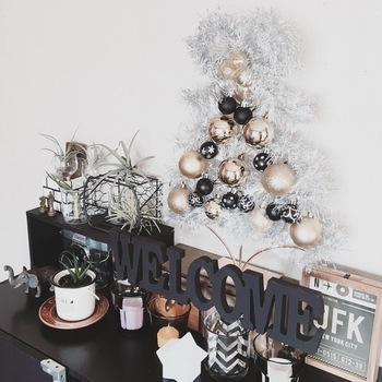 オーナメントボールなどのクリスマス雑貨をリメイクすれば、小さなスペースに飾れるツリーオブジェが作れますよ。