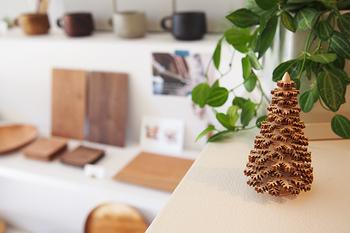 お部屋の「棚」も上手に活用すれば、おしゃれなデコレーションスペースに大変身!棚のちょっとしたスペースに、小さなツリーのオブジェを飾るだけでぐっとクリスマスらしくなりますね。