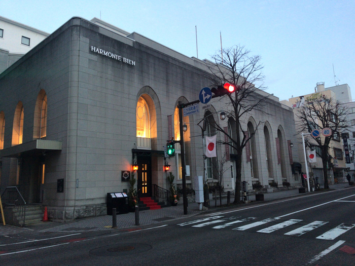 登録有形文化財に指定されている旧第一勧銀松本支店の建物をそのまま利用したレストランは、圧倒的な存在感。旅先で日頃の喧騒を忘れるのに相応しい時間が過ごせます。