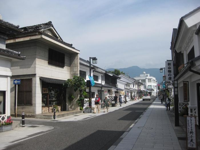 なまこ壁の土蔵が風情ある中町通りは、駅からも近いので、散策や旅のお土産選びにもぴったりです。 他にも、大正ロマンの風情を感じる上土通り、江戸時代の街並みが再現されている縄手通りなど、松本市内には見応えのあるスポットが充実しています。