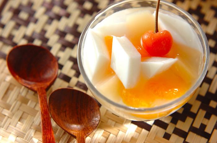 中華料理のデザートの定番、杏仁豆腐にはいろいろなタイプがありますが、フルーツ缶の果物と一緒に食べる、昔ながらのフルーツポンチ風もやっぱり美味しいですよね。アーモンドエッセンスやアマレットを加えた手作りの杏仁豆腐で、ひんやりつるりの喉越しも楽しみましょう。