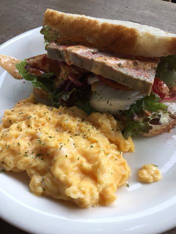 主人公の一人・美佐子が、夫と子どもを置いて家を出ることを決めた場面で作たトーストサンドイッチをイメージした「レバーペーストのサンドイッチ」です。 ブーランジェリー「シニフィアン・シニフィエ」の「パン・ド・ミ」を使用したサンドに、少し甘めのスクランブルエッグを添えました。