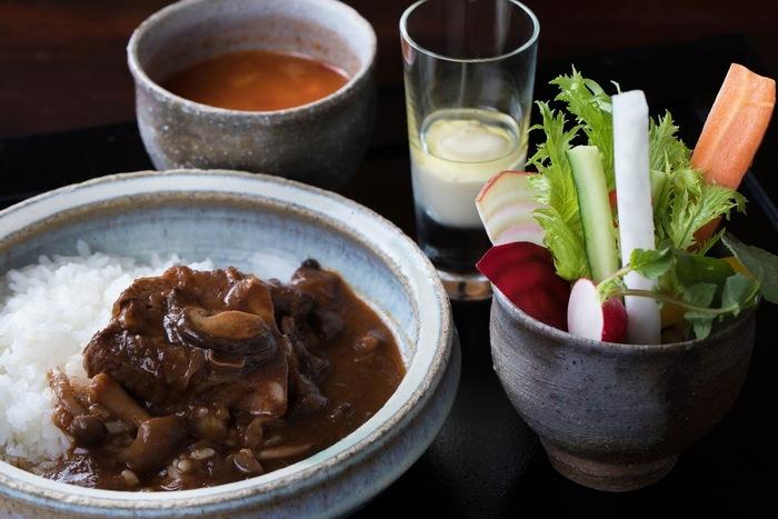 2日間かけてコトコト煮込んだハッシュ・ド・ビーフは、肉と野菜の旨味の調和がバツグン。松本ホテル花月のメインレストランI;caza〔ikaza〕イカザの味を、こちらで味わうことができます。