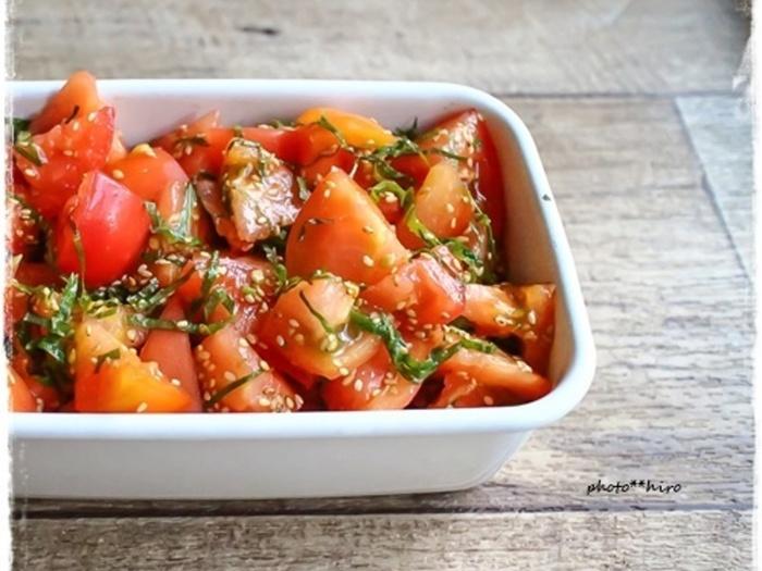 トマトが苦手でも食べたくなるような、オススメのおいしいトマトレシピ。トマトと大葉を切って、麺つゆとごま油で和えてごまを振りかけるだけ!30分ほど漬けて冷やしておくと、味が馴染んでより美味しくなります。