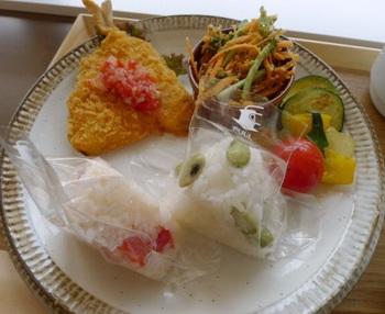 ランチプレートの一例。 内容は、おにぎり:トマトむすび&青大豆むすび、メイン:さっぱりトマトのアジフライ、サイド:焼き野菜のラタトゥイユ&クレソンとにんじんのサラダ。