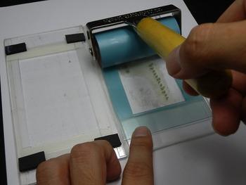 2.インクで好きな色を作り、樹脂版に色を塗りましょう。