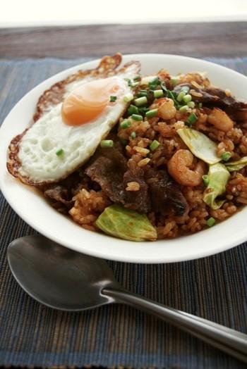 インドネシアの定番料理「ナシゴレン」。ナシゴレンはサンバルという辛味調味料を使いますが、こちらのレシピは豆板醤とナンプラーで。本格的なスパイシーな味わいをお家で楽しみましょう!