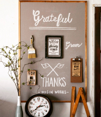 ベニヤ板に好きなカードや写真、黒板シートを貼って壁に立て掛けておくだけで、とっても素敵なインテリアボードに。賃貸等で、どうしても壁に穴を開けたくないときにも使えるアイディアです!