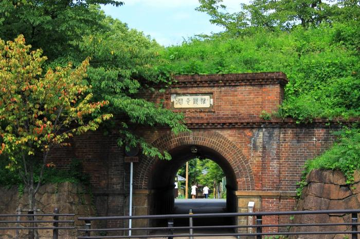 蹴上駅を出たら、琵琶湖疏水トンネル「ねじりまんぼ」を潜り抜けます。「インクライン」は、このトンネルの上です。