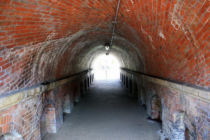 「ねじりまんぼ」という名前は、トンネル内のれんがの積み方に由来しています。レンガを平積みせず、ねじれるように斜めに積んで強度を増しています。