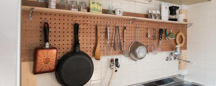 お洒落でとっても使い勝手の良いキッチンツール収納の完成♪小物もすっきりまとまりますね。  ※画像は既製品の有孔ボードを使用しております。