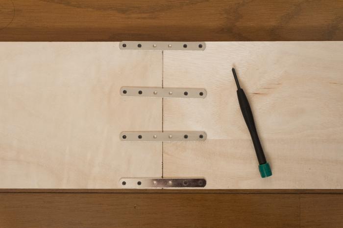 ②棚にする板や、木ダボ(ボードの穴のサイズに合ったもの)を好きな長さに測って切ります。