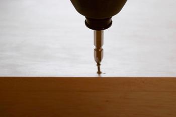 ①スケールで穴を開ける位置に印をつけ、ドリルなどで穴を開けていきます。