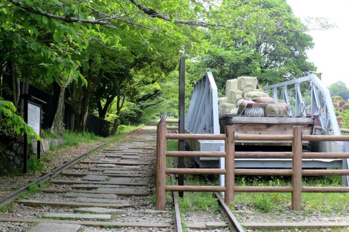 """「インクライン」とは、琵琶湖疏水事業の伴って設置された""""傾斜鉄道""""のこと。現役時代には、高低差36mある蹴上船留と南禅寺船留間を、船ごと台車にのせて昇降させていました。インクラインは、近代遺産に指定されています。"""