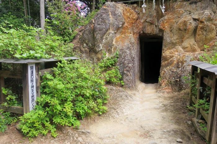 """旅の無事を祈願したら、内宮脇にある山道を進むと、日向大神宮のパワースポット「天の岩戸」があります。この「天の岩戸」は、コースの途上に位置していますので、岩戸をくぐり抜けて進みます。  京都で一番いう方もいる程、強力なパワーが漲っていると誉れ高い「天の岩戸」は、トンネルを通り抜けると厄払い、運気上昇のご利益が授かると云われています。内部には、天の岩戸を開けたという天手力男(アメノタジカラオノミコト)を祀る戸隠神社があります。【天の岩戸は、 太陽神の天照大神が隠れてしまい、世界が真っ暗になった""""岩戸隠れ""""の伝説の舞台。天の岩戸は、全国各地にあります。】"""
