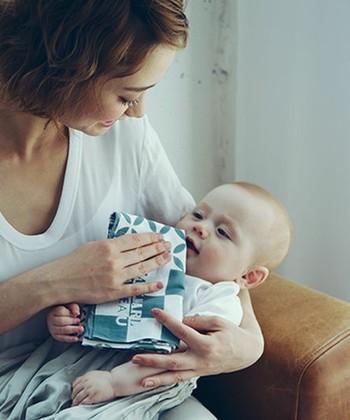 赤ちゃんに使うときは何度か洗って柔らかくなった手ぬぐいをどうぞ。速乾性があり、端が縫われていないので雑菌が繁殖しにくいことから、実はよだれ拭きにもおすすめなんですよ。