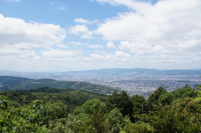 山頂からは、東山連峰や京都市街が一望できるだけでなく、天候に恵まれれば遠く大阪方面まで見渡せます。 【画像左側が、東山から稲荷山へと続く東山連峰、右側が京都市街。】