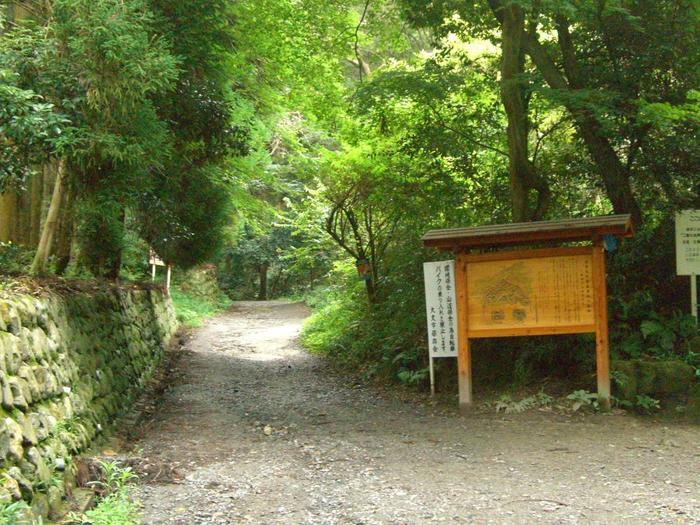 「八神社」の鳥居をくぐらずに、その手前の道を右手に折れてしばらく進むと、二股の分岐があります。右側が、大文字へと通じる道です。道なりに進めば、登山スタートです。