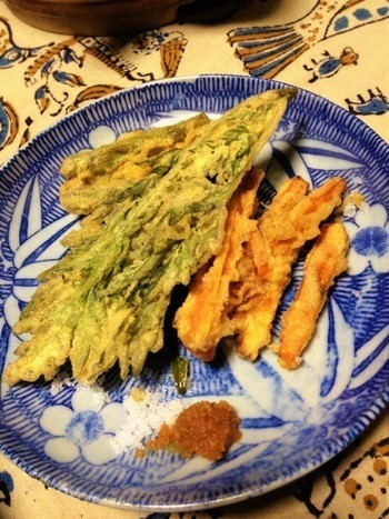 春菊・ごぼう・人参の天ぷら。もろみ味噌と塩が添えられて。