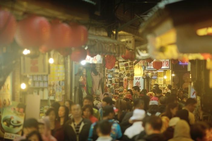 食べ物の屋台がところ狭しとひしめいている台湾の夜市。手軽な軽食からスイーツまで色々。ちょっと小腹を満たすのにちょうどよいものがたくさん並んでいます。