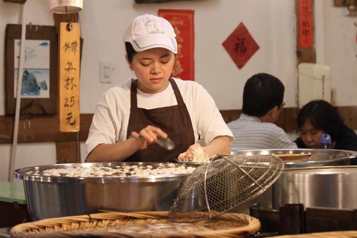 屋台やローカルな食堂などでは、「小吃(シャオツー)」という一品料理をよく目にします。「小吃」に含まれるのは、餃子、焼売、小籠包、饅頭などの包子から、肉料理や炒め物、炒飯や魯肉飯、そして麺類など実にさまざま。日本の居酒屋で色々と注文するときの感覚に近いかもしれません。上海や香港など中国でも同じようなスタイルはありますが、台湾料理だと少しさっぱりしていたり、醤油ベースであったり、日本人好みな味のものが多いのが特徴です。