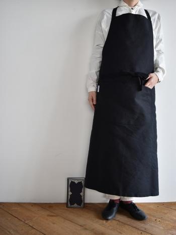 張りのある生地を使ったエプロンは、身につけるとキリリと気持ちが引き締まります。ロング丈なので、ふわりとしたスカートのときでもしっかりと覆ってくれて安心です。