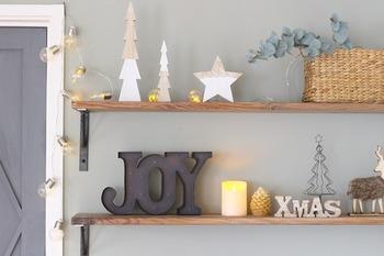 小さく控えめなクリスマスオブジェをところどころにさりげなく飾ると、控えめで可愛らしいですね。