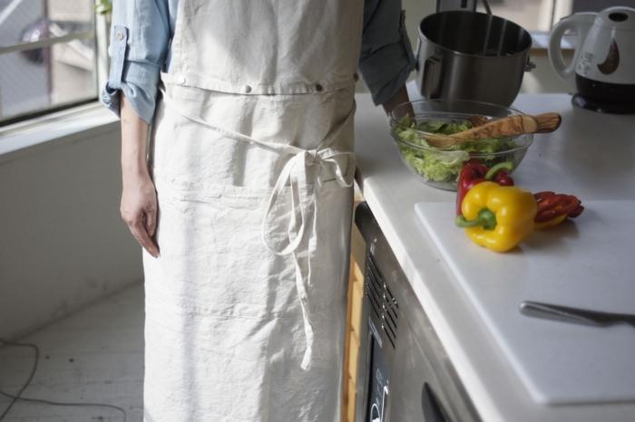 エプロンはお洋服を汚れから守るためのものですが、実は役割はそれだけではありません。エプロンを身につけることで、気持ちのスイッチを切り替え、お料理やお掃除といった家事を円滑に進める手助けになるのです。素敵なエプロンを身につけて、毎日の暮らしを楽しんでみてくださいね♪